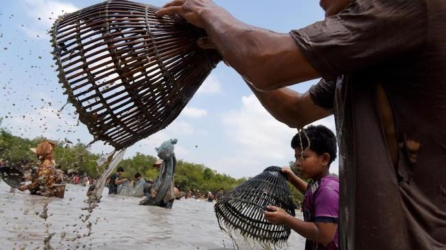 Anak-anak pun tak luput untuk larut dalam meriahnya suasana. (TANG CHHIN Sothy / AFP)
