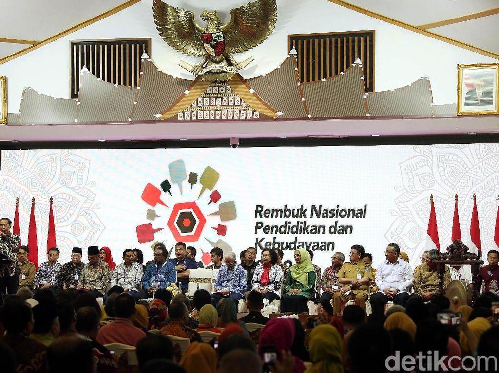 Jokowi juga menyoroti persoalan tenaga pengajar di sekolah vokasional atau SMK. Dia mengatakan justru di sekolah vokasi, guru dengan kemampuan khusus atau berketerampilan berjumlah lebih sedikit dari guru umum.