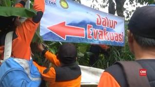 VIDEO: SAR Pasang Rambu Jalur Evakuasi di Gunung Merapi