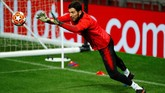 Gianluigi Buffon bakal diandalkan Paris Saint-Germain untuk menggempur serangan Manchester United. (Reuters/Jason Cairnduff)