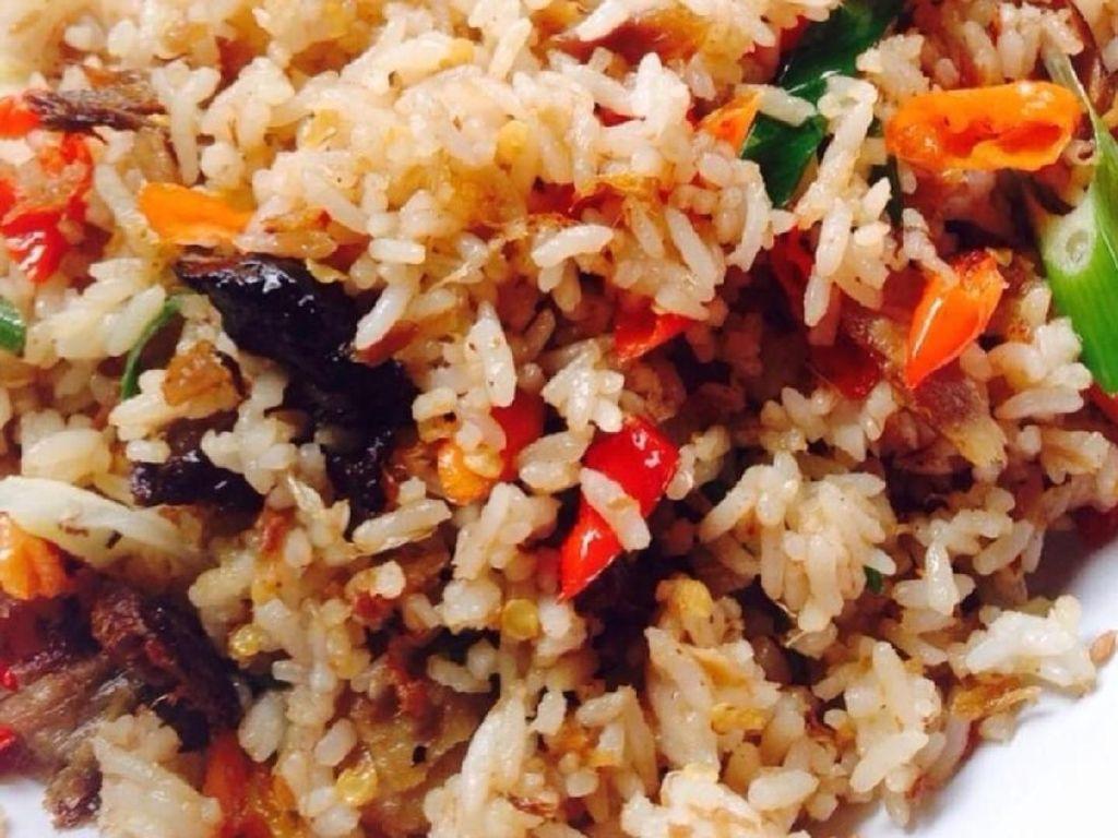 Gerusan kasar cabai rawit merah dan cabai merah akan membuat nasi goreng cakalang makin pedas menyengat. Huah! Foto: Instagram @dapur_ricamanado