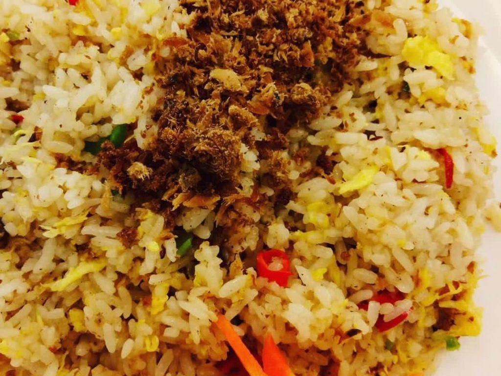 Kalau yang ini selain dicampurkan dalam nasi, sambal cakalang juga ditaburkan di atas nasi. Mantap! Foto: Instagram @olvie_v