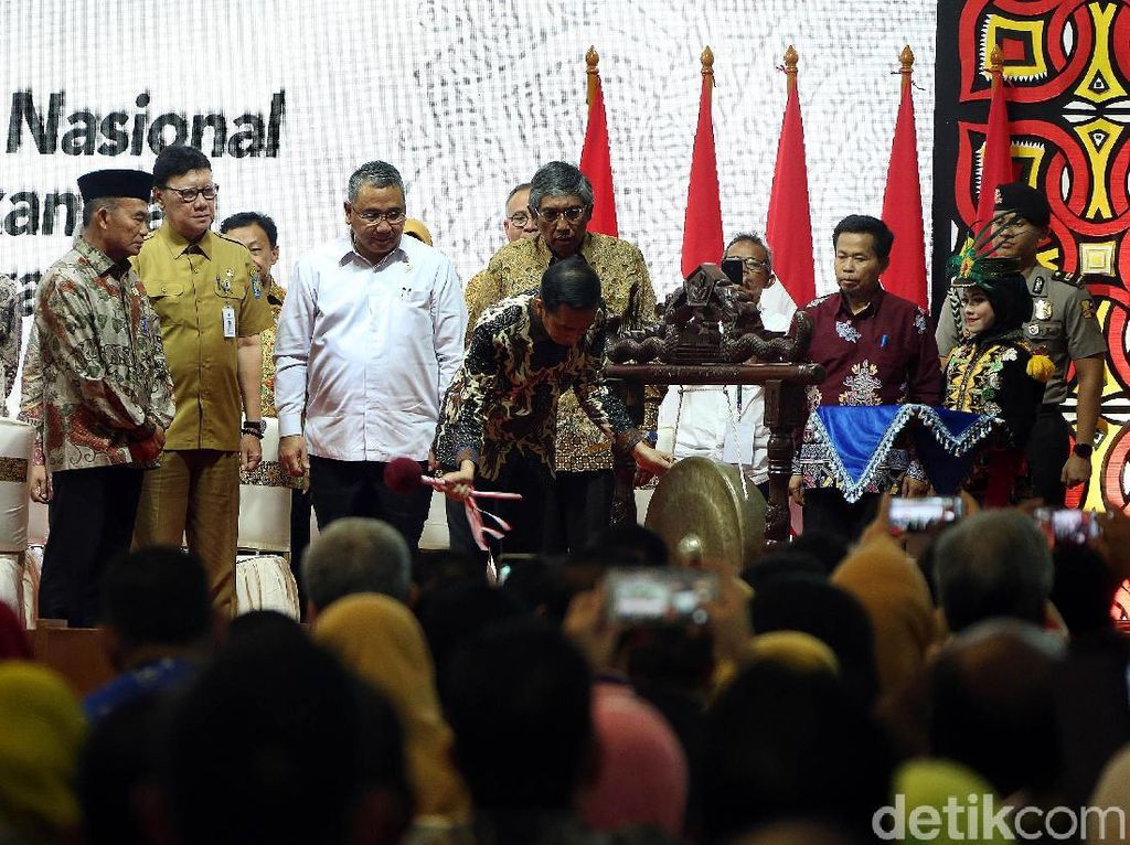 Dikatakan Jokowi, guru yang terampil akan semakin memudahkan siswa dalam belajar. Apalagi saat ini sudah memasuki era revolusi industri 4.0 yang menuntut perubahan yang cepat.
