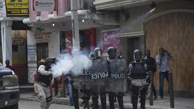 Beberapa demonstrasi berakhir ricuh ketika sejumlah pemrotes bentrok dengan polisi, yang menggunakan gas air mata dan beberapa kali menembakkan peluru ke udara untuk membubarkan massa. (AFP Photo/Hector Retamal)