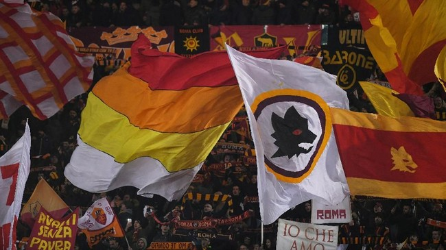 Suporter AS Roma mengibarkan bendera yang identik dengan kesebelasan Il Lupi di Stadion Olimpico, Roma, ketika Daniele de Rossi dan kawan-kawan menjamu FC Porto. (REUTERS/Alberto Lingria)