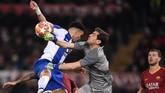 Dua mantanpemain Real Madrid, Pepe dan Iker Casillas, menjadi pilar penting FC Porto di barisan pertahanan. (REUTERS/Alberto Lingria)