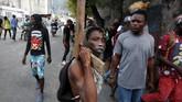 Para demonstran menuntut presiden menanggapi laporan penyalahgunaan wewenang serta dugaan penggelapan dana pembangunan di negara Karibia yang miskin itu. (Reuters/Jeanty Junior Augustin)