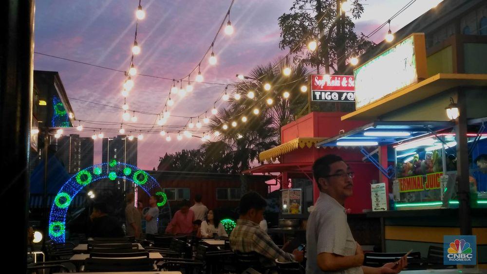 Suasana pusat kuliner (food court) yang berdiri di Pulau Reklamasi Teluk Jakarta, Pantai Maju, Pulau D, Jakarta, Rabu (13/2/2019). Berbagai macam makanan dan minuman dijual di food court ini. (CNBC Indonesia/Muhammad Sabki)