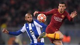 Full back AS Roma Alessandro Florenzi berupaya menguasai bola kendati dibayang-bayangi gelandang Porto Yacine Brahimi. (REUTERS/Alberto Lingria)