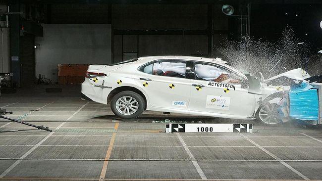 Uji Tabrak Generasi Baru Toyota Camry Raih 5 Bintang