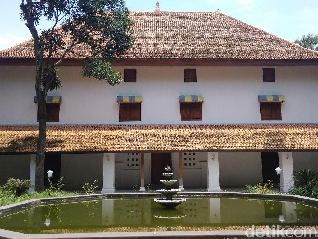 Foto: Konon Gedung di Cirebon Ini Dibangun Sehari Semalam