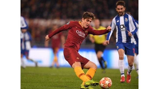 Sepakan kaki kanan Nicolo Zaniolo yang membuat bola mengarah ke sudut kanan gawang Porto tak bisa dihalau Iker Casillas dan membuka keunggulan Roma atas Porto pada menit ke-70. (REUTERS/Alberto Lingria)