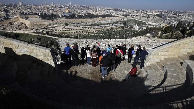 Tur bersama pemandu wisata ganda ini berlangsung mingguan.(AFP/THOMAS COEX)