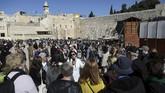 Pemandu wisata ganda ini tak saling serang dalam memberikan fakta sejarah yang terjadi. Mereka bahkan saling membantu saat turis mengajukan pertanyaan mengenai Israel dan Palestina.(REUTERS/Ammar Awad)
