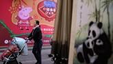 Fokus cerita animasi Peppa berhasil membuat para ibu di China merasa gembira. Padahal, biasanya mereka sangat ketat terhadap waktu menonton televisi anak-anak mereka.(Photo by Matthew KNIGHT / AFP)