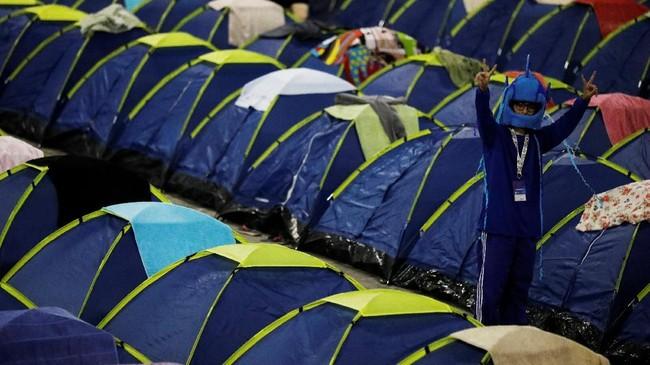 Penggila teknologi rela bermalam dalam tenda untuk bisa 'berpesta' selama 24 jam nonstop. (REUTERS/Nacho Doce)