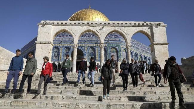 Turis menuruni tangga Kubah Batu yang menjadi persinggahan tur dengan pemandu wisata ganda.(REUTERS/Ammar Awad)