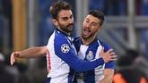 Adrian Lopez yang masuk sebagai pemain pengganti berhasil mencetak gol dan merayakannya bersama Andre Pereira. (REUTERS/Alberto Lingria)