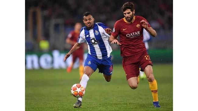 Bek tengah AS Roma Federico Fazio mencoba mengganggu gerak Fernando Andrade dalam laga perebutan tiket ke babak perempat final Liga Champions 2018/2019. (REUTERS/Alberto Lingria)