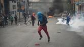 Sementara pemerintah tidak memberikan tanggapan terhadap tuntutan para demonstran, kelompok oposisi juga tak mampu menawarkan solusi konkret terhadap krisis, selain meminta presiden untuk mundur. (AFP Photo/Hector Retamal)