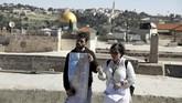 Noor Awad, pemandu wisata asal Palestinian dan kawannya, Lana Zilberman Soloway, penganut Yahudi,saatmembimbing turis dalam turnya.(REUTERS/Ammar Awad)