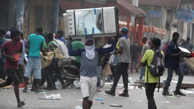 Demo ini memanas sepekan setelah Pengadilan Tinggi Auditor merilis laporan soal belasan mantan menteri dan pejabat senior atas keburukan manajemen ekonomi serta kemungkinan penyalahgunaan dana pembangunan yang dipinjamkan oleh Venezuela untuk Haiti sejak 2008. (Reuters/Jeanty Junior Augustin)