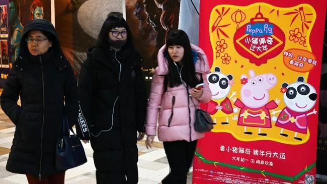 Video tersebut menjadi viral, ditonton sembilan juta kali lebih. Dampaknya, pasangan kembar itu diundang untuk minum teh oleh Dubes Inggris di Beijing dan dijanjikan mendapat tur ke Istana Buckingham. (Photo by Greg Baker / AFP)