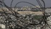 Pemandangan dari Jabel Mukaber, kawasan Palestina yang dikuasai oleh Israel, yang menunjukkan panorama Kubah Batu (emas) dan Masjid Al-Aqsa (silver). (AFP/AHMAD GHARABLI)