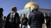 Pemandu wisata ganda menjadi pemandangan umum di objek wisata yang berada di antara perbatasan Israel dan Palestina. Satu pemandu dari Israel dan pemandu lainnya dari Palestina.(REUTERS/Ammar Awad)