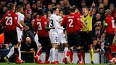 Pemain dari kedua kesebelasan mengerubuti wasit Daniele Orsato setelah Ashley Young membuat Angel Di Maria tersungkur ke luar lapangan. (REUTERS/Phil Noble)