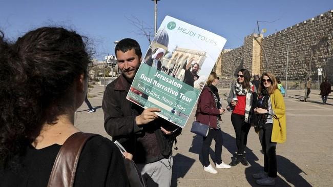 Pemandu wisata ganda ini bertugas menceritakan asal usul tempar-tempat bersejarah dari sudut pandang Yahudi dan Arab.(REUTERS/Ammar Awad)