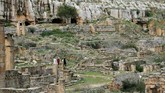 Namun reruntuhan itu mengandung keindahan tersendiri yang akhirnya menjadi daya tarik bagi orang-orang untuk sekadar mengunjungi dan berjalan-jalan di antaranya. (REUTERS/Esam Omran Al-Fetori)