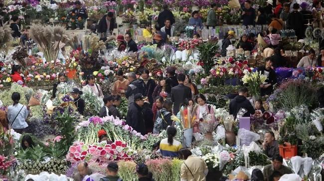 Valentine selalu identik dengan bunga. Tak heran jika warga China beramai-ramai membeli bunga di salah satu pasar bunga di Kunming, Yunan, China, jelang Hari Valentine, Rabu (13/2). (REUTERS/Stringer ATTENTION EDITORS)