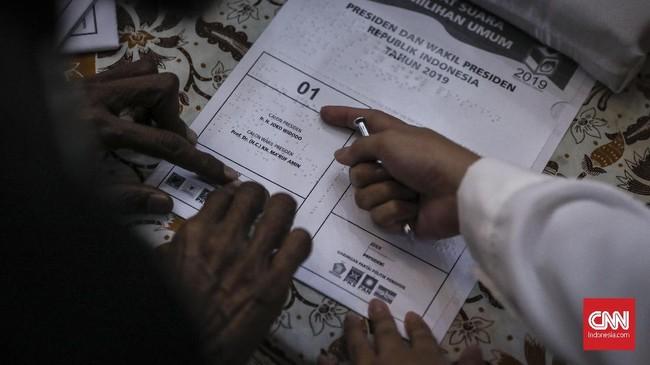 KPU membuat TPS khusus untuk simulasi tersebut. Peralatan lengkap, ada bilik suara, kotak suara, petugas TPS, hingga jalur untuk memilih. ( CNN Indonesia/ Hesti Rika )