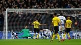 Jan Vertonghen memperlebar keunggulan Tottenham Hotspur dengan melepaskan tembakan voli menyambut umpan Serge Aurier pada menit ke-83. (REUTERS/Eddie Keogh)