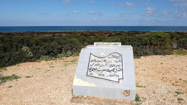 Batu putih ini tadinya adalah wujud sebentuk mimpi untuk membangun salah satu pelabuhan terbesar di Afrika Utara. (REUTERS/Esam Omran Al-Fetori)