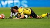 DuelTottenham vs Dortmund berlangsung ketat. Perebutan bola antara Thomas Delaney dan Moussa Sissoko berlangsung hingga kedua pemain terjatuh. (REUTERS/David Klein)