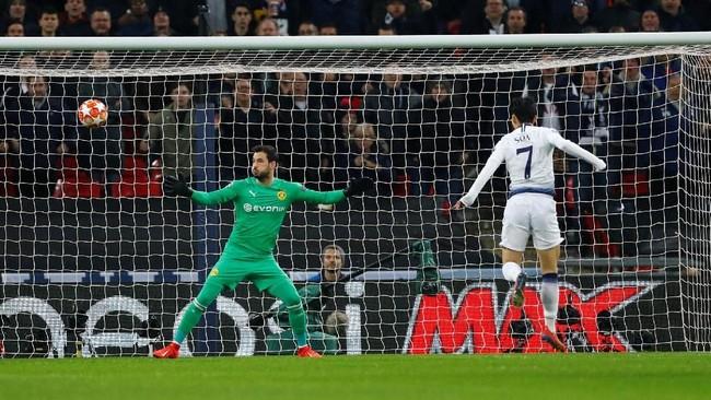 Son Heung-Min menjadi pemain pertama yang mencetak gol dalam laga ini sekaligus mengubah skor pada menit ke-47. (REUTERS/Eddie Keogh)