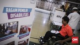 Penyandang disabilitas mengikuti simulasi pemilu yang diselenggarakan Pusat Pemilihan Umum Akses Penyandang Disabilitas (PPUA Disabilitas) dengan mendapat dukungan dari KPU RI di gedung Kementrian Sosial, Jakarta, 14 Februari 2019. (CNN Indonesia/ Hesti Rika)
