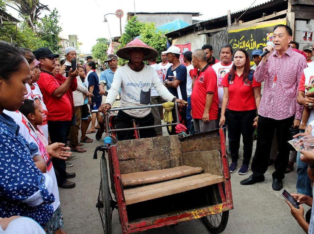 Pada kesempatan itu, ia mengunjungi dan melihat aktivitas sejumlah warga yang bermukim di Kampung Nelayan, Cilincing, Jakarta Utara, Selasa (12/2). Foto: dok. PDIP