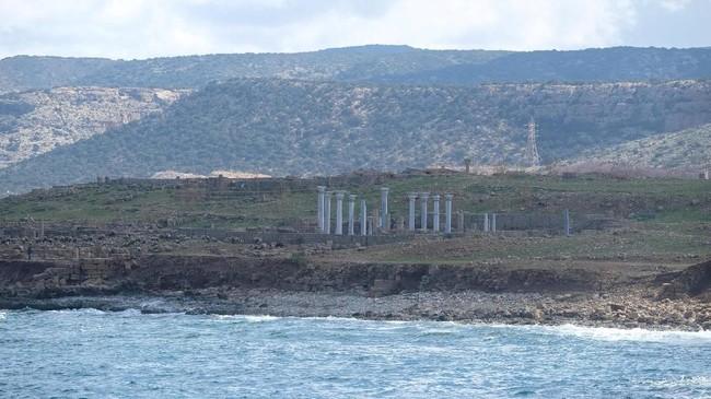 Pemandangan reruntuhan bangunan kuno di tepi pantai di dekat pelabuhan Susah, Libya. (REUTERS/Esam Omran Al-Fetori)