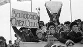 Pasukan Uni Soviet itu kemudian dipulangkan melalui Uzbekistan, kemudian menuju Rusia. (Photo by VITALY ARMAND / AFP)
