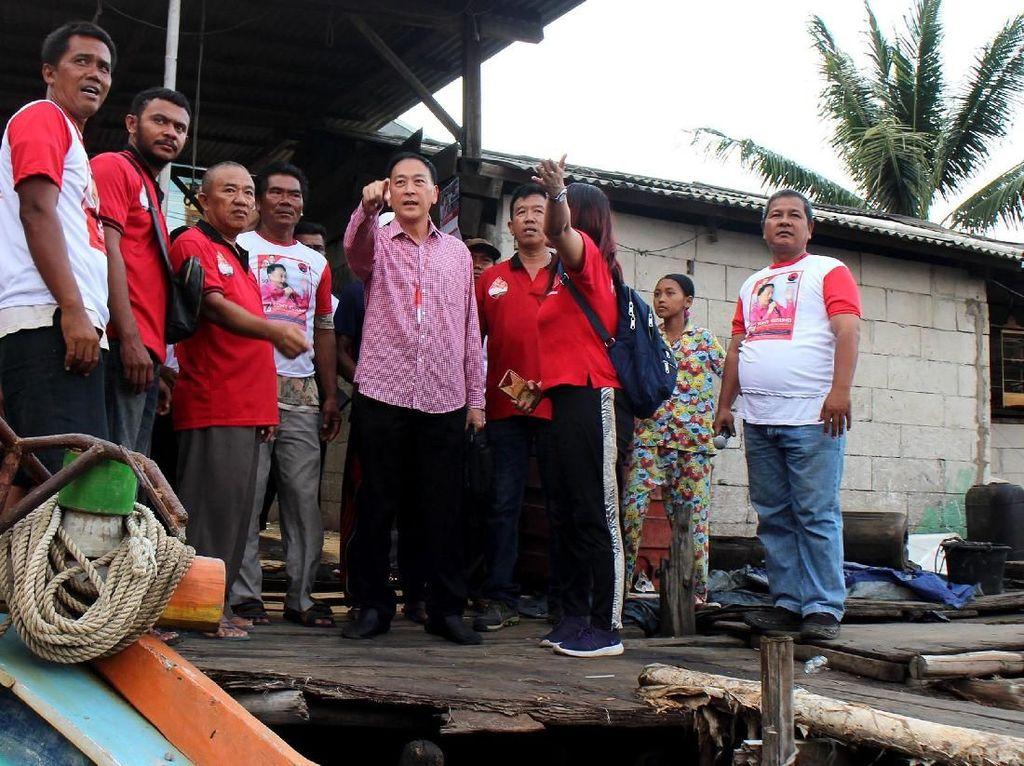 Sony juga meninjau pemukiman serta melihat kondisi dan fasilitas di kampung Nelayan Cilincing. Foto: dok. PDIP