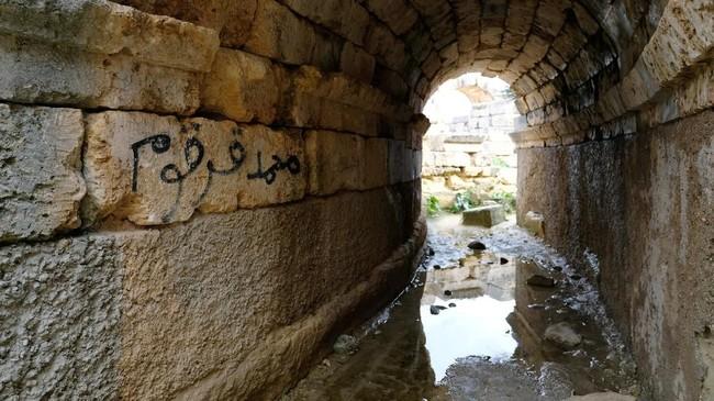 Grafiti di dinding batu yang menambah keunikan dan orisinalitas bangunan. (REUTERS/Esam Omran Al-Fetori)