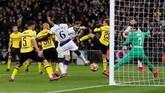 Tiga menit berselang dari gol Vertonghen, Fernando Llorente kembali membuat pendukung Tottenham Hotspur berpesta. Tandukan menyambut sepak pojok Christian Eriksen berbuah gol ketiga The Lilywhites. (Reuters/Matthew Childs)