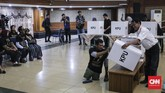 Sementara untuk surat suara Pilpres tidak dilengkapi foto kandidat. Nama lengkap, nomor urut, serta logo partai pendukung tetap dicantumkan. (CNN Indonesia/ Hesti Rika)