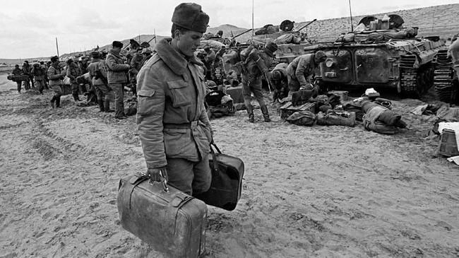 Para perwira juga tidak bisa menjelaskan alasan mereka menyerbu Afghanistan, dan membuat banyak serdadu bingung dan frustasi. (REUTERS/Sergei Karpukhin)