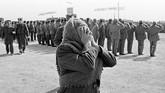 Suasana kepulangan para serdadu Uni Soviet disambut dengan suka cita dan kesedihan. (REUTERS/Sergei Karpukhin)