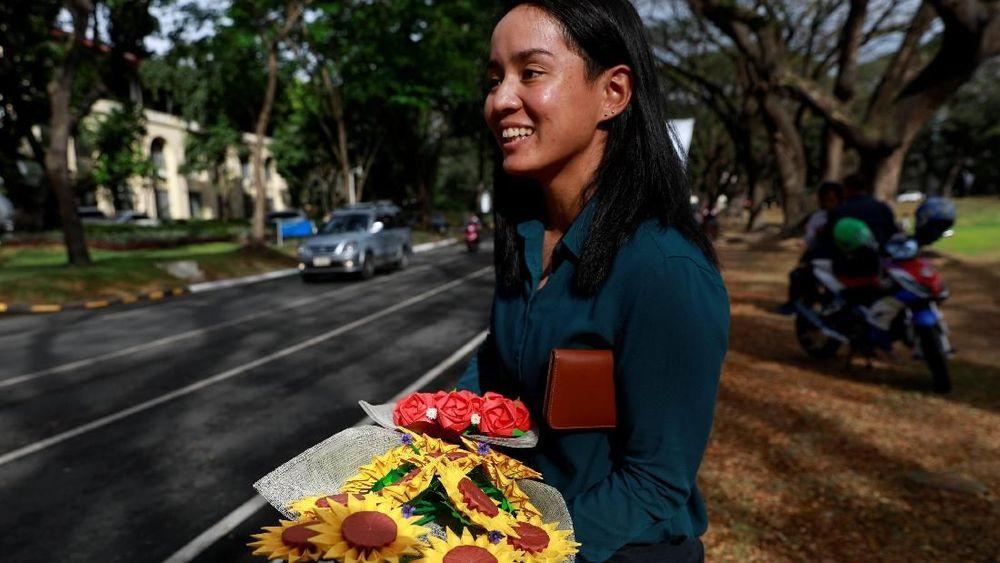Pengusaha asal Filipina menemukan sebuah ide kreatif membuat bunga berbahan origami di hari Valentine