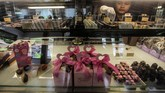 Sementara di Indonesia, pengusaha cokelat banjir pembelian. Jelang perayaan Hari Valentine, pengelola Cokelat Monggo meningkatkan jumlah produksi dari rata-rata 300 kg menjadi 400 kg per hari dengan berbagai jenis produk yang dijual.(ANTARA FOTO/Andreas Fitri Atmoko/aww.)